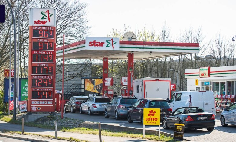 Photo of Petrol stations react to a drop in the price of crude oil