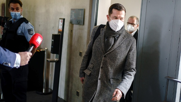 Karl-Theodor zu Guttenberg: The former minister comes to the meeting of the Wirecard committee with a mouth and nose cover. (Source: dpa / Kay Nietfeld)