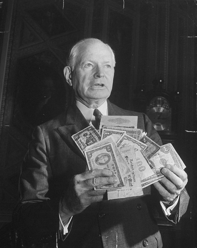 Man showing coins at the time of the bretton woods agreements